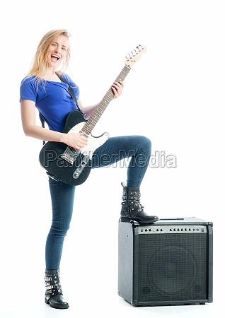 blondes maedchen mit gitarre und verstaerker