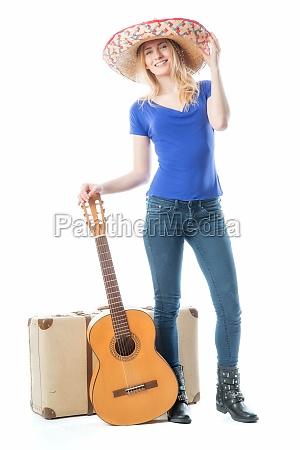 blondes maedchen mit koffer und gitarre