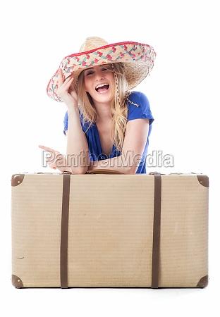 blondes, mädchen, sitzt, hinter, einem, reisekoffer - 11816825