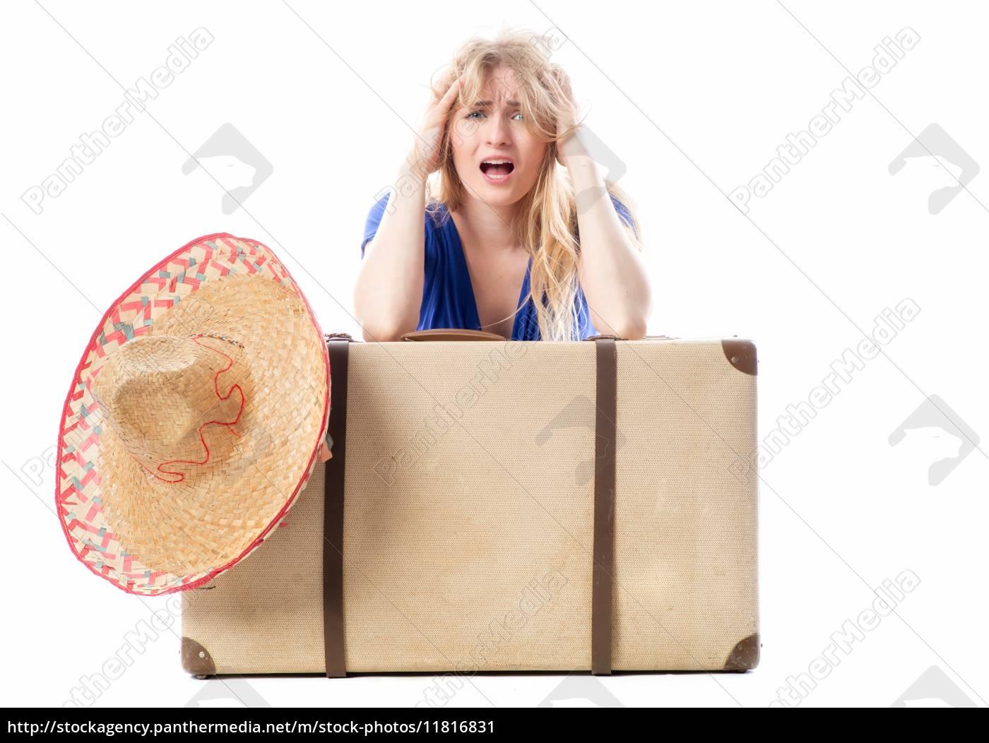 blondes, mädchen, sitzt, hinter, einem, reisekoffer - 11816831