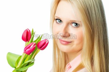 junges blondes maedchen haelt tulpenstrauss