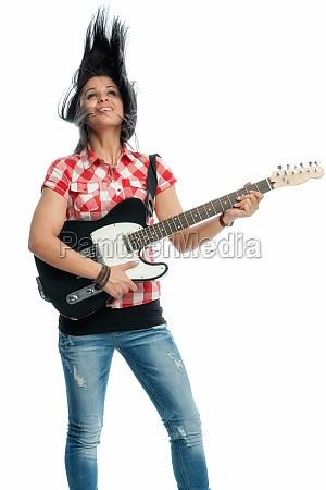 schwarzhaariges maedchen mit e gitarre