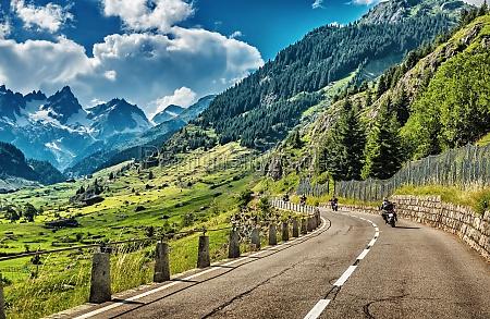 gruppe von radfahrern auf tour alpen
