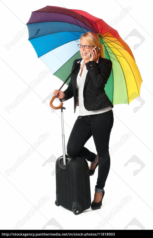 geschäftsfrau, mit, koffer, und, schirm, telefoniert - 11818903