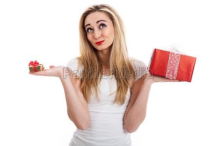 junge attraktive frau mit geschenken freut