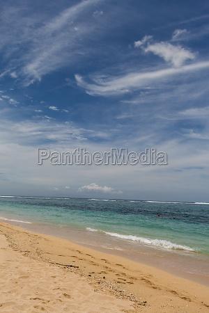 schoener einsamer sandstrand in der karibik