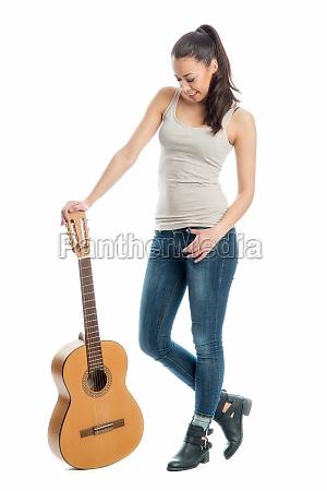 junge frau mit einer gitarre