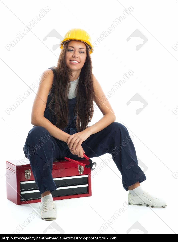 weiblicher, lehrling, sitzt, auf, werkzeugkiste - 11823509