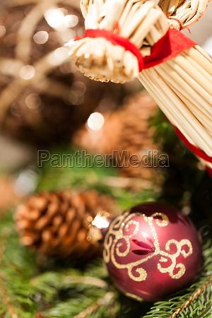 rote christbaumkugel baumschmuck zu weihnachten mit