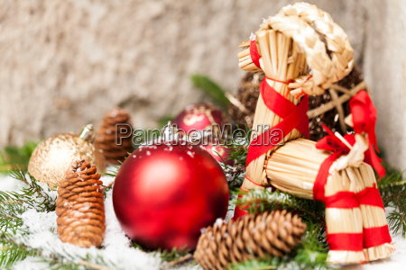rote weihnachtskugeln zwischen zapfen und tannenzweigen