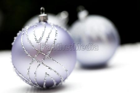 glitzernde silberne christbaumkugel auf weissem hintergrund