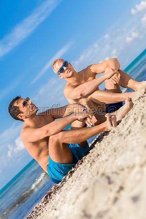 zwei junge maenner freunde entspannen sich