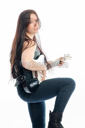 junge frau spielt e gitarre