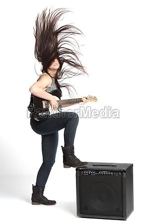 maedchen spielt e gitarre