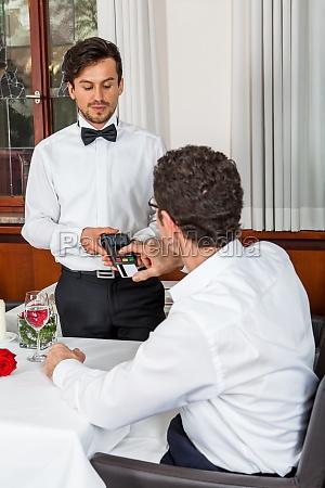 junges paar gruppe in einem restaurant