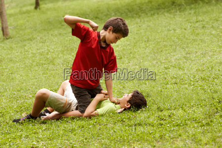 combates ninyo violento y golpea ninyo