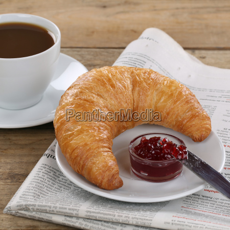 business fruehstueck croissant mit marmelade kaffee