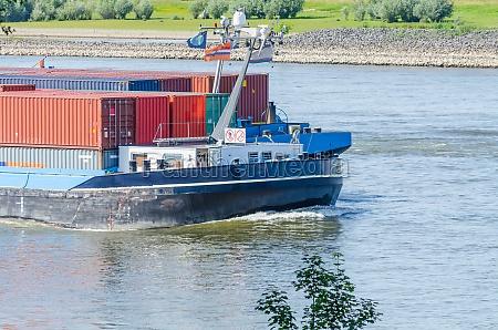 binnen containerschiff auf dem rhein