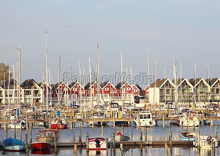 blick auf kleine yachthafen mit haeusern
