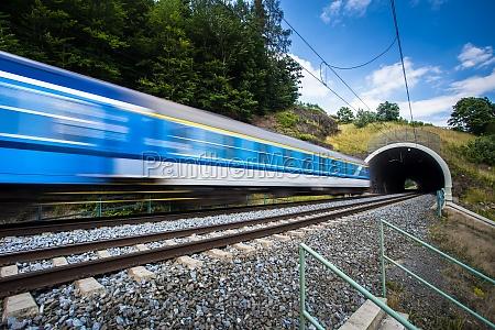 schneller zug durch einen tunnel an