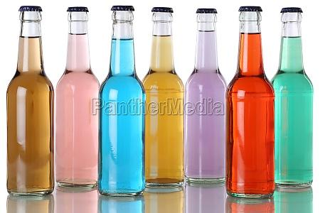 bunte getraenke mit cola in flaschen