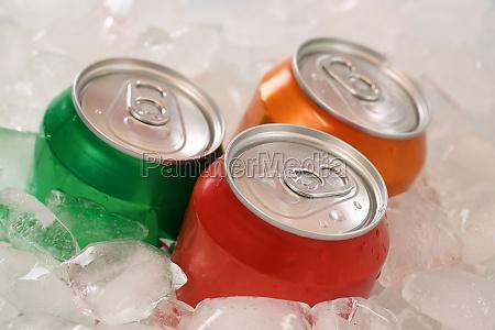 cola und limonade in dosen auf
