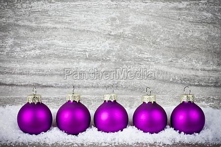violette christbaumkugeln