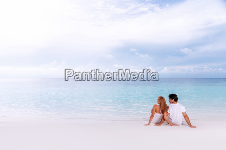 liebevolle paare auf dem strand