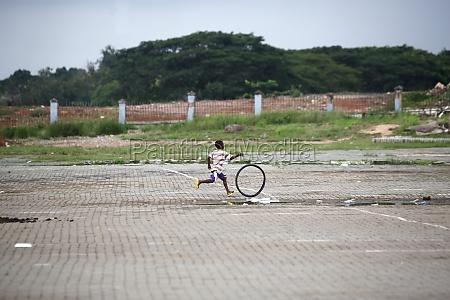 afrikanische kinder helfen mit carring palmblaettern
