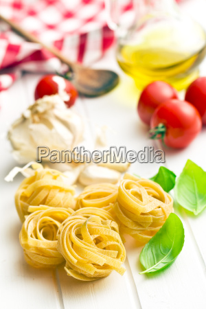 italienische pasta tagliatelle tomaten und basilikumblaetter