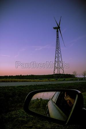 windrad im abendlicht aus dem auto