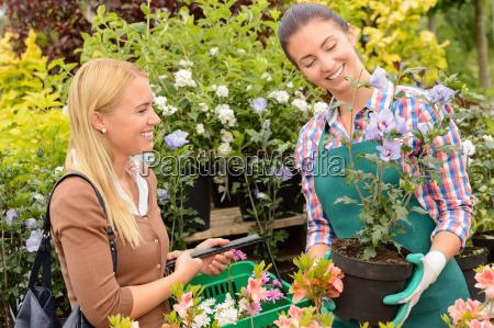 gartencenter arbeitnehmerin topfpflanze verkauf