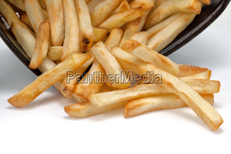 pommes frites auf weissem hintergrund