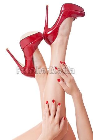 nahaufname von haenden mit roten naegeln