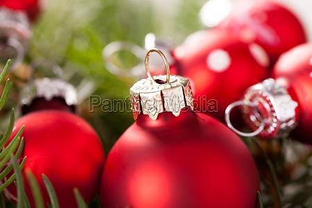 schoene rote weihnachtskugeln mit kleinen weissen