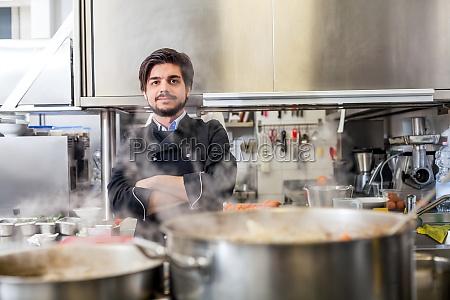 junger erwachsener chefkoch in der restaurant