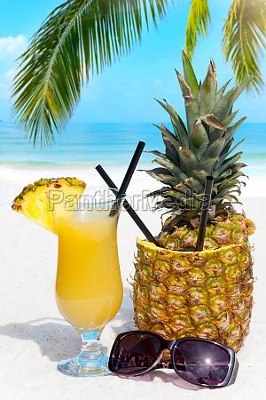fruchtige cocktails am strand