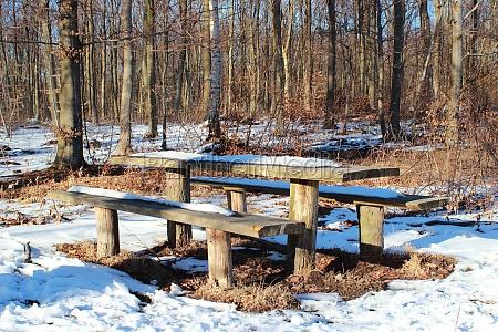 hoelzerner waldtisch im winter mit schnee
