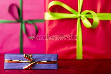 blaues geschenk mit goldenem bowknot