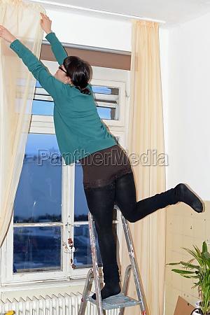 mujer peligro hogar riesgo arriesgado ventana