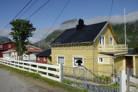 wohnhaeuser in gryllefjord auf senja
