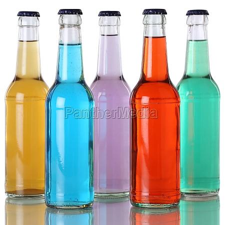 bunte getraenke in flaschen mit spiegelung