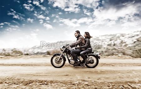 aktive paar auf dem motorrad