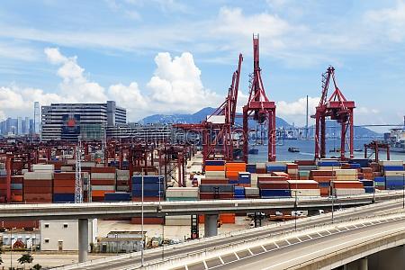 autobahnbruecke und lkw transportcontainer