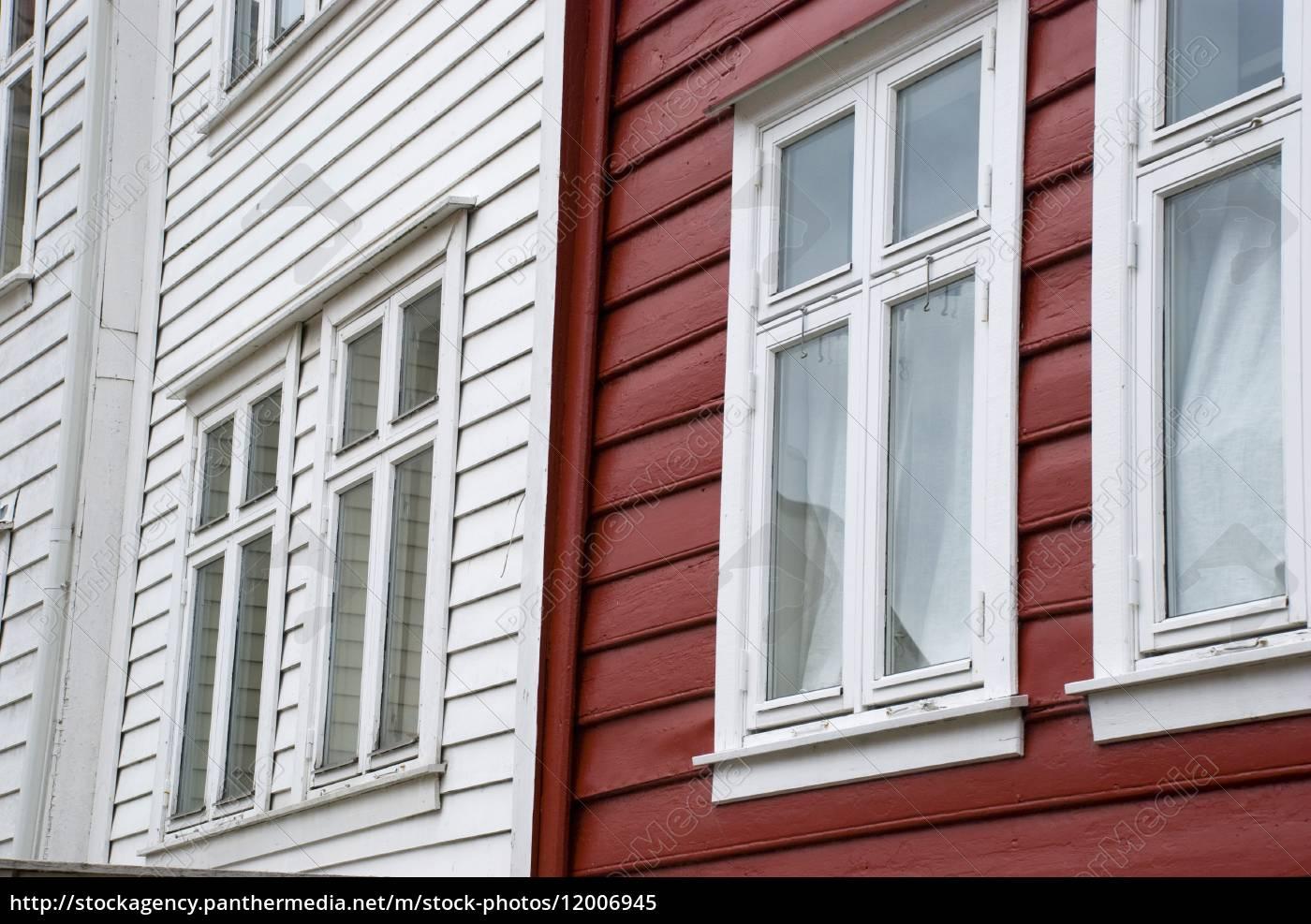 Skandinavische Holzhäuser typisch skandinavische holzhäuser in norwegen in rot stockfoto