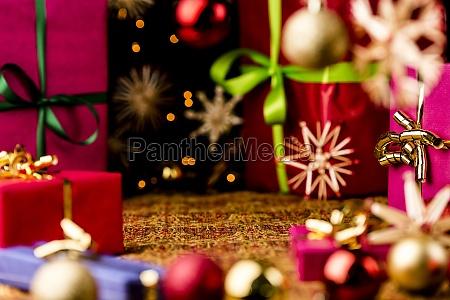 weihnachten hintergrund mit kugeln boegen und