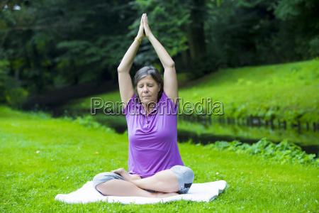 frau die yoga