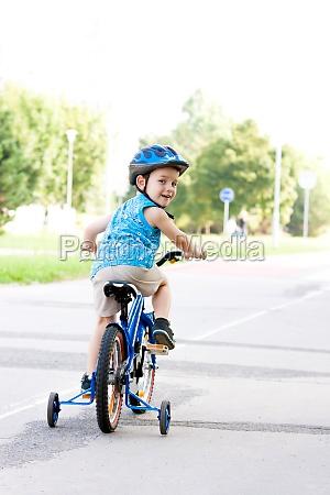 baby junge auf fahrrad mit crash