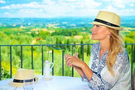 traveller maedchen im freien cafe