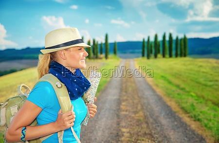 nette weibliche trekking entlang europa